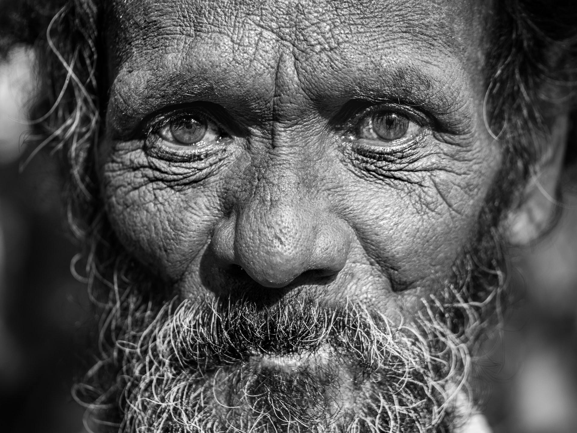 Fotografía de cerca de una persona mayor